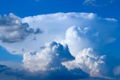 Большое белое облако на голубом небе Взгляд рая Стоковое Изображение RF