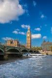 Большое Бен и парламент Великобритании с шлюпкой в Лондоне, Англии, Великобритании Стоковые Фотографии RF