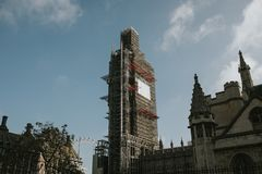 Большое Бен покрытое с ремонтинами во время работ консервации в солнечном дне, в Лондоне стоковое изображение rf