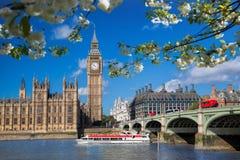 Большое Бен с шлюпкой во время времени весны в Лондоне, Англии, Великобритании стоковое изображение
