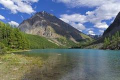 Большое более низкое озеро Shavlinsky Горы Altai, Сибирь, Россия стоковые фото
