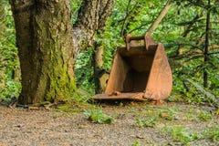 Большое ведро backhoe рядом с деревом Стоковая Фотография
