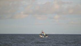 Большое ветрило шлюпки в открытом океане, Конакри сток-видео