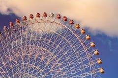 Большое гигантское колесо занятности ярмарки с голубым небом Стоковые Фото
