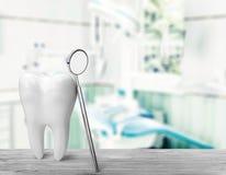 Большое зеркало зуба и дантиста, медицинская концепция Стоковые Фотографии RF