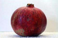 Большое зрелое красное гранатовое дерево Плодоовощи красного зрелого гранатового дерева на белой предпосылке Стоковые Фото