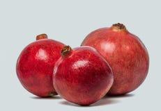 Большое зрелое красное Granets или венисы Плодоовощи красного зрелого гранатового дерева на белой предпосылке Вегетарианская прин Стоковое Фото