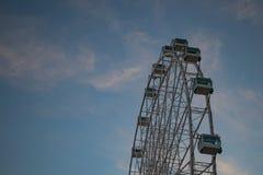Большое колесо Ferris перед голубым небом стоковые изображения rf