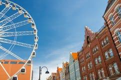 Большое колесо ferris, традиционные типичные оранжевые здания на улице Stagiewna пешехода с предпосылкой голубого неба, Гданьск,  стоковая фотография rf