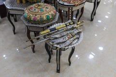 Большое количество декоративно украшенных кинжалов на полках для продажи в магазине обочины около города Maan в Джордан стоковые изображения rf