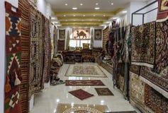Большое количество декоративно украшенных ковров пола и стены для продажи в магазине обочины около города Maan в Джордан стоковые фотографии rf
