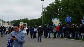 Большое количество людей около стадиона Санкт-Петербурга - прохожих, активных вентиляторов и полиции видеоматериал