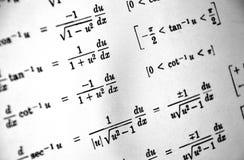 Большое количество математических формул на белой предпосылке стоковые изображения