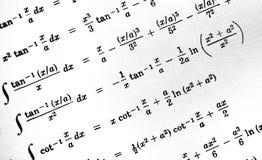 Большое количество математических формул на белой предпосылке стоковое фото rf