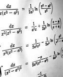 Большое количество математических формул на белой предпосылке стоковые фото
