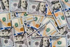 Большое количество нового 100-доллара дезинтегрировал 100 счетов доллара США Для космоса предпосылки и экземпляра Стоковые Фото