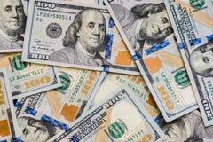 Большое количество нового 100-доллара дезинтегрировал 100 счетов доллара США Для космоса предпосылки и экземпляра Стоковые Фотографии RF