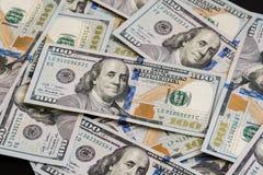 Большое количество нового 100-доллара дезинтегрировал 100 счетов доллара США Для космоса предпосылки и экземпляра Стоковая Фотография RF
