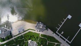 Большое красивое здание на береге озера, взгляда от здания трутня большого белого на озере красивом сток-видео
