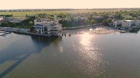 Большое красивое здание на озере, современное здание для событий на озере Красивый вид с воздуха места видеоматериал