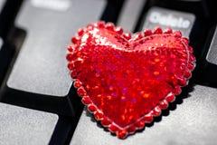 Большое красное сердце на клавиатуре стоковая фотография rf