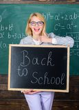 Большое начало учебного года Верхние пути приветствовать студентов назад к школе Надпись классн классного владением женщины учите стоковое изображение