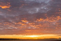 Большое небо с облаками на зоре или сумрак с автомобилем стоковые изображения rf