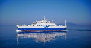 Большое плавание парома транспорта в воде затишья сини Стоковое Фото