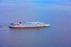Большое плавание туристического судна через море стоковые изображения rf