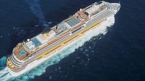 Большое плавание через Средиземное море - вид с воздуха туристического судна шток Белое видео пассажирского корабля от quadcopter Стоковые Изображения RF