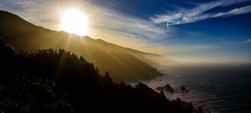Большое побережье Sur Калифорнии при восход солнца приходя вверх над горами стоковая фотография rf