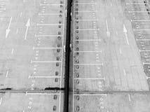 Большое пустое вакантное место для стоянки вид с воздуха стоковые изображения rf