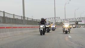 Большое ралли мотоцикла через город, света велосипеда и motorcross участвуя в гонке, свободу видеоматериал
