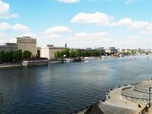 Большое река в Москве, обваловке стоковые изображения rf