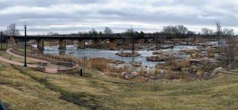 Большое река Сиу пропускает над утесами в Sioux Falls Южной Дакоте с взглядами живой природы, руинами, путями парка, мостом следа Стоковая Фотография