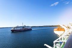 Большое современное туристическое судно в море Красивое белое гигантское роскошное туристическое судно на гавани Красочный ландша Стоковая Фотография