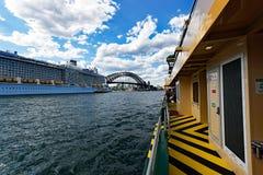Большое туристическое судно, гавань Сиднея, Австралия Стоковые Фотографии RF