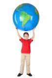 большое удерживание головки глобуса мальчика над усмехаться Стоковое Изображение RF