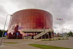Большое янтарное здание концерта в Liepaja на пасмурный день стоковое изображение