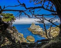Большое Sur, CA США - парк штата Lobos пункта - горная порода в Тихом океане Стоковые Изображения