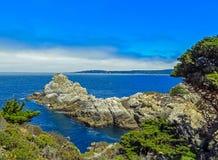 Большое Sur, CA США - парк штата Lobos пункта - горная порода в Тихом океане Стоковая Фотография