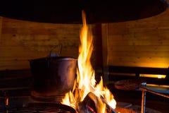 Большой бак на огне в хате барбекю Стоковые Изображения