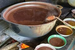 Большой бак традиционного супа фасоли над огнем в Центральной Америке Стоковая Фотография