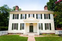 Большой белый колониальный дом типа Стоковые Изображения