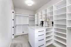 Большой белый современный шкаф в роскошном доме стоковые изображения rf