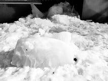 Большой блок льда упал от крыши в зиме или весне стоковые фотографии rf
