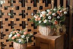 Большой букет свежих цветков, гвоздики персика и белых роз в плетеной корзине на деревянном столе, домашнем оформлении, годе сбор Стоковые Фотографии RF