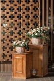 Большой букет свежих цветков, гвоздики персика и белых роз в плетеной корзине на деревянном столе, домашнем оформлении, годе сбор Стоковое Изображение RF