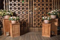 Большой букет свежих цветков, гвоздики персика и белых роз в плетеной корзине на деревянном столе, домашнем оформлении, годе сбор Стоковые Изображения RF