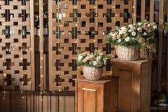 Большой букет свежих цветков, гвоздики персика и белых роз в плетеной корзине на деревянном столе, домашнем оформлении, годе сбор Стоковое Изображение